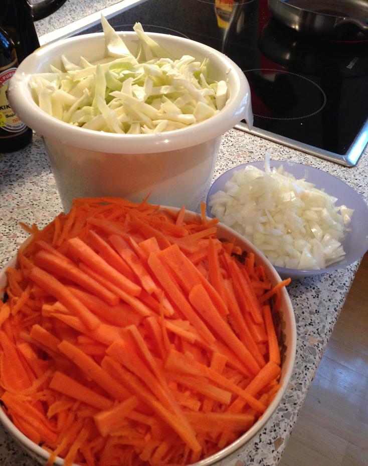 Zubereitung Lumpia: Karotten, Weißkohl und Zwiebeln schneiden (c) Valerie Till
