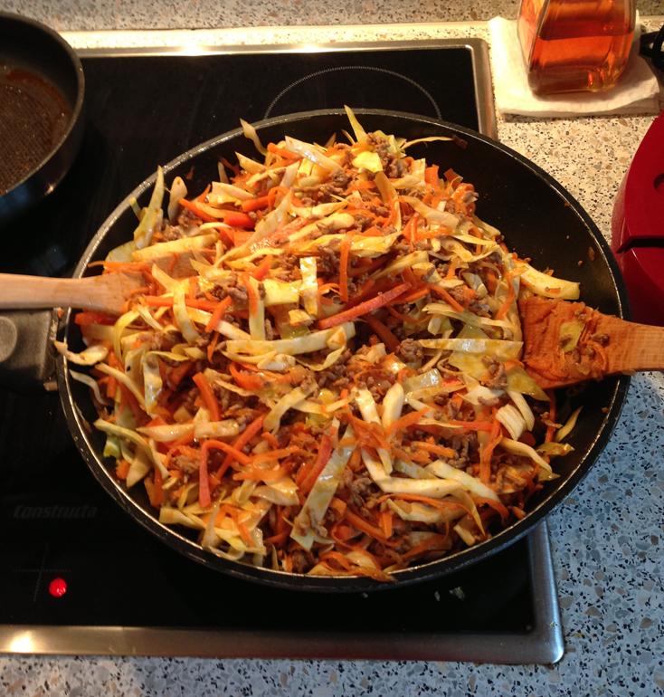 Zubereitung Lumpia: Gemüse und Fleisch anbraten, würzen und mischen (c) Valerie Till