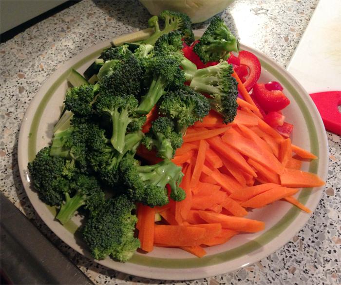 Das Gemüse für Pancit Canton klein schneiden (c) Valerie Till