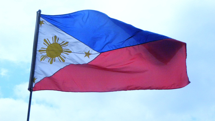 "Philippinische Flagge (c) <a href=""http://www.flickr.com/photos/27693146@N04/5789285638/in/photolist-9PzAVC-arWS7c-arWT44-59s9x-7ry64M-4HV99g-6LqUwN-6LqUFs-6LqUD5-6LmKJx-7FY3oh-46WZng-6wqo4K-6Dj6Kf-PcfEt-ejGG5L-54ETTb-dqRh4Z-Dxjc1-azPn2v-dwPZ8-9YDU7D-aXv5rH-63tfDU-Axk2t-23y3Jq-4AhpMb-2NGazn-9Rb5sv-82sT4y-6M9LPg-66pJYu-dccZCq-9d54bJ-C1tXz-dHtmRx-5eejws-5azj1W-aJFJ76-5FkcuN-eKvvVY-eKj12B-eKvuh7-eKiYg2-eKj2SP-9sDKXC-4xNUdj-8GVRg-6M47uf-7T4Yqg-a9ecDZ"" target=""_blank"">Flickr/Maerks</a>"