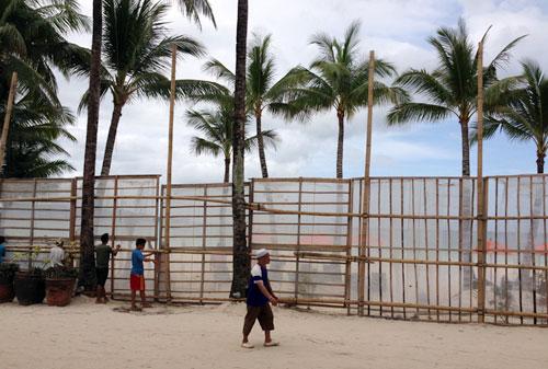 """Unser Hotel """"The District"""" baute am 7. November bereits Schutzwände am Strand auf (c) Valerie Till"""