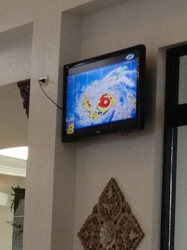 Während des Wartens am Flughafen in Kalibo wurde der Fernseher gut im Auge behalten (c) Valerie Till