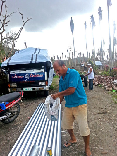 Ein Bewohner von Danao mit neuen Baumaterialien, die von den Spendengeldern gekauft wurden (c) Marilou Misagal-Bosshammer
