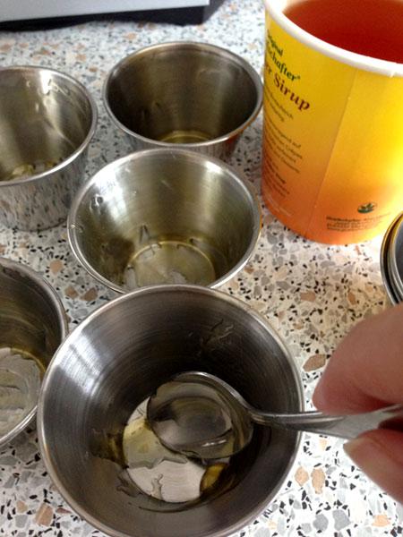 Alu-Förmchen mit dem Zuckerrübensirup ausstreichen (c) V. Till