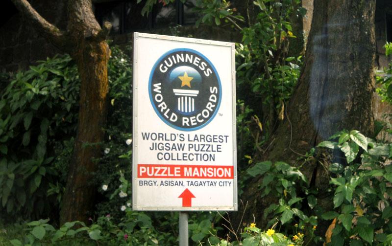"""Straßenschilder in Tagaytay machten auf die """"Puzzle Mansion"""" aufmerksam © V. Till"""
