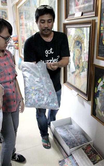 """Der Museumsführer in der """"Puzzle Mansion"""" zeigte uns wie das zweitgrößte Puzzle der Welt verpackt ist © V. Till"""