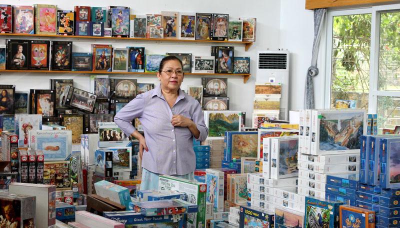 """Ihr gehört die """"Puzzle Mansion"""": Filipinia Georgina Gil-Lacuna in ihrem Puzzle-Shop © V. Till"""