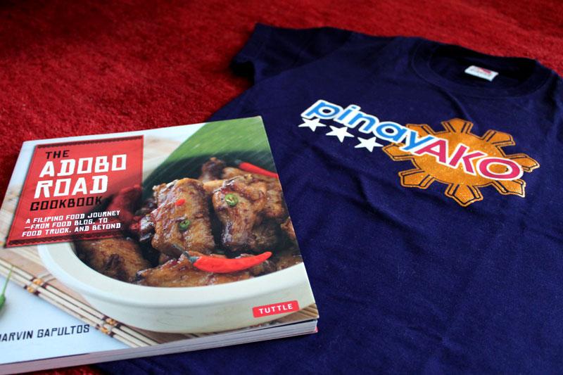 """Zu Gewinnen: """"The Adobo Road Cookbook"""" und ein Frauen-T-Shirt """"Pinay Ako"""" © V. Till"""