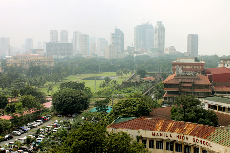 Manila High School in Intramuros und das moderne Manila im Hintergrund © Valerie Till