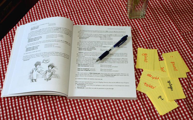 """Simple Unterhaltungen auf Tagalog - nach 250 Stunden des Selbstlernens sollte das mit Hilfe des Buches """"Basic Tagalog for Foreigners and Non-Tagalogs"""" möglich sein © V. Till"""