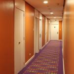 """Orange und Violett dominieren den Flur des Hotels """"The Bayleaf"""" © Valerie Till"""
