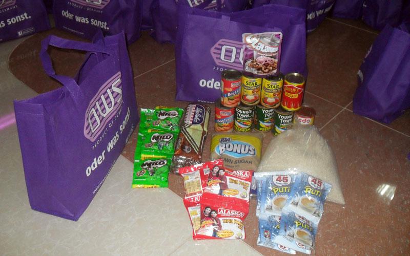 Taschen mit Lebensmittel wurden für die philippinischen Taifun-Opfer gepackt © Marilou Misagal-Bosshammer