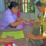 Spenden nachvollziehen können: Jeder Dorfbewohner hinterließ seinen Namen, nachdem er einen Gutschein für Lebensmittel oder Baumaterialien erhalten hatte © Marilou Misagal-Bosshammer