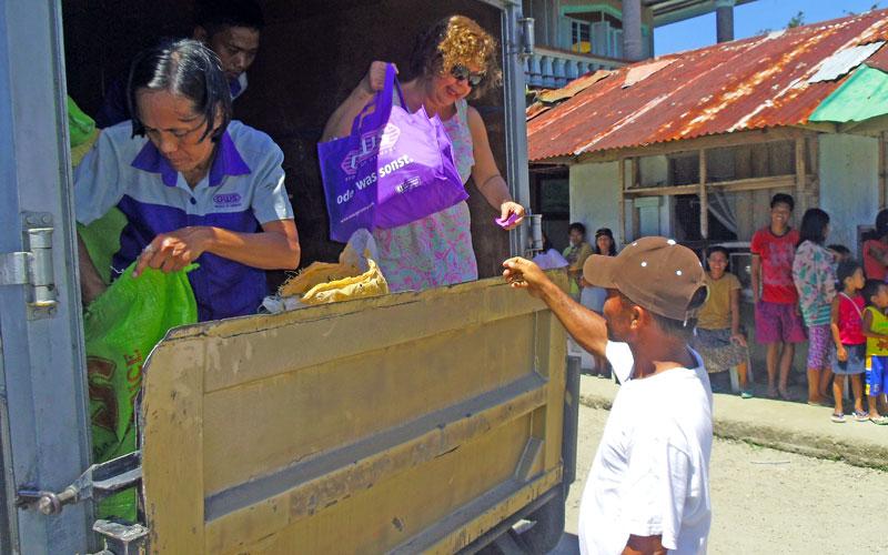 Meine Patentante Marilou verteilt Lebensmittel unter den Dorfbewohnern © Marilou Misagal-Bosshammer