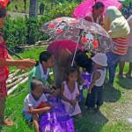 Schirme schützen die Filipinos vor der starken Sonne © Marilou Misagal-Bosshammer