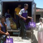 Das Team von Marilou verteilt Lebensmittel © Marilou Misagal-Bosshammer