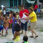 Marilou mit Kindern des philippinischen Dorfes Danao © Marilou Misagal-Bosshammer