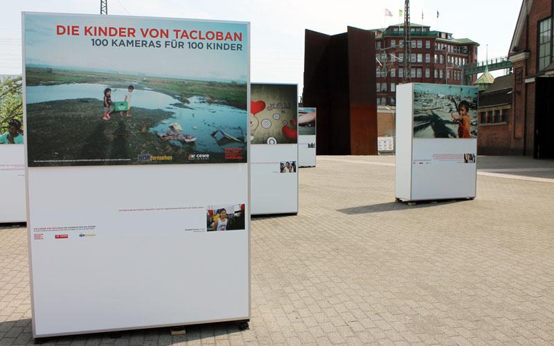 """Der Eingang zur Outdoor-Ausstellung """"Die Kinder von Tacloban"""" in Hamburg"""