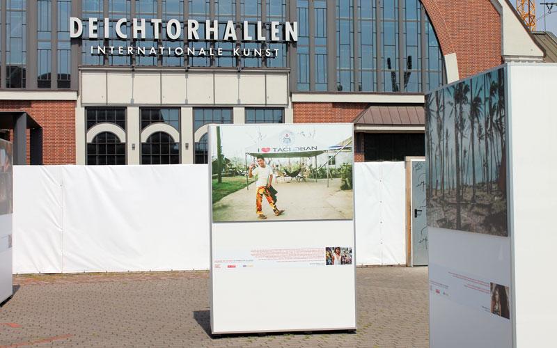 """Die Ausstellung """"Die Kinder von Tacloban - 100 Kameras für 100 Kinder"""" auf dem Hamburger Deichtorhallen-Platz © Valerie Till"""
