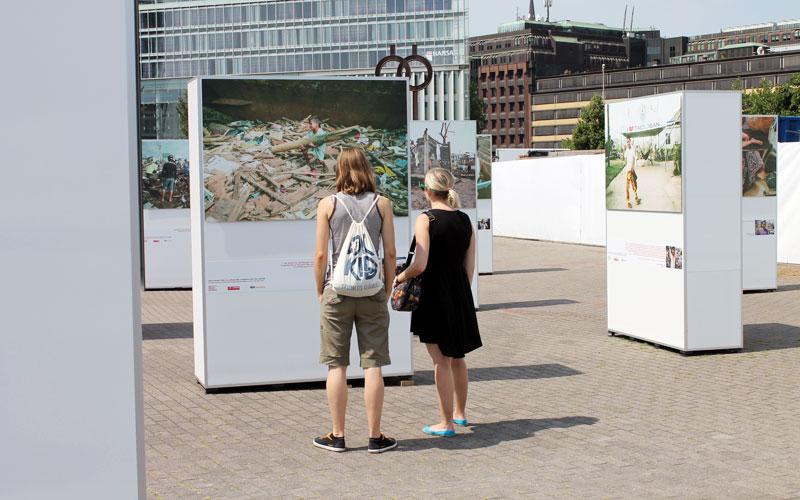 """Besucher der Ausstellung """"Die Kinder von Tacloban - 100 Kameras für 100 Kinder"""" in Hamburg © Valerie Till"""