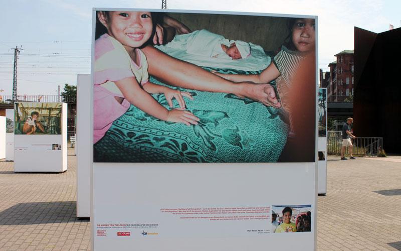 Die Fotografie eines Neugeborenen in Tacloban © Valerie Till