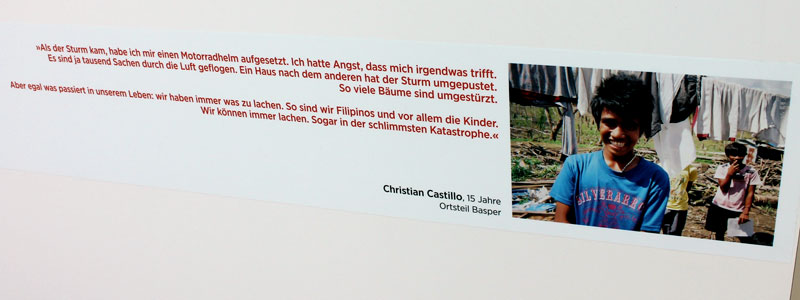 """Unter jedem Bild der Ausstellung """"Die Kinder von Tacloban"""" findet der Besucher Infos zum Fotografen mit einem Zitat desjenigen - hier der 15-jährige Filipino Christian Castillo © Valerie Till"""