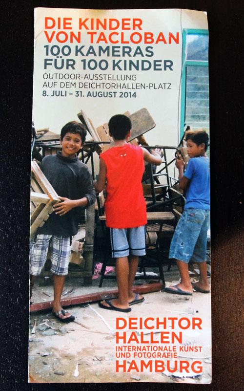 """Der Flyer zur Ausstellung """"Die Kinder von Tacloban"""" auf dem Hamburger Deichtorhallen-Platz © Valerie Till"""