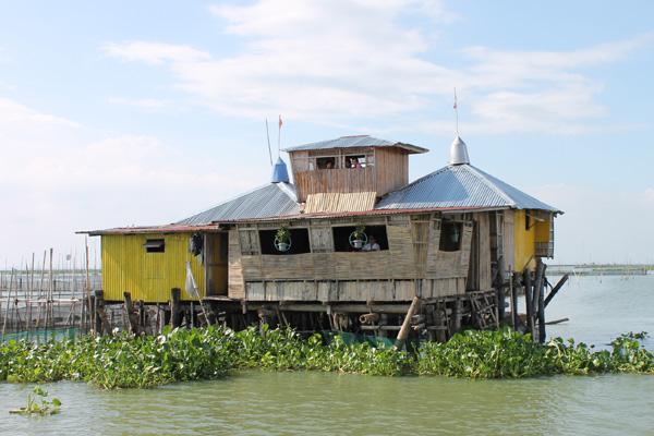 Eine philippinische Nipa-Hütte (Bahay Kubo, Nipa Hut) auf dem Wasser.