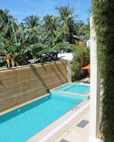 Der Poolbereich im Innenhof des Hotels.