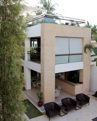 Blick in den Innenhof: Oben die Dachterrasse, unten offener Bereich zum Pool.