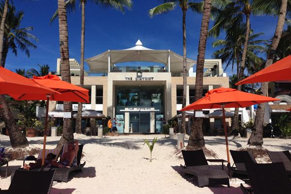"""Die Vorderfront des 4-Sterne-Hotels """"The District"""" auf der philippinischen Insel Boracay"""