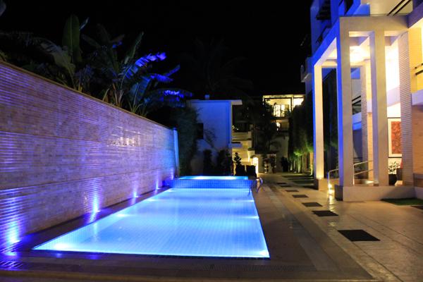 Der Pool mit Abendbeleuchtung.