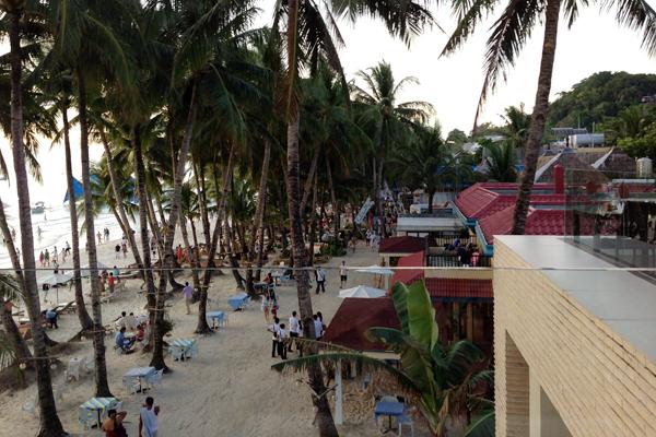 Blick von der Dachterrasse auf die Strandpromenade.