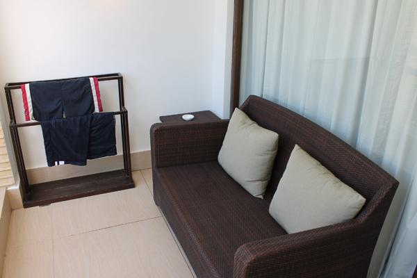 Balkon mit Sitzgelegenheit, Beistelltisch und Kleiderstange.