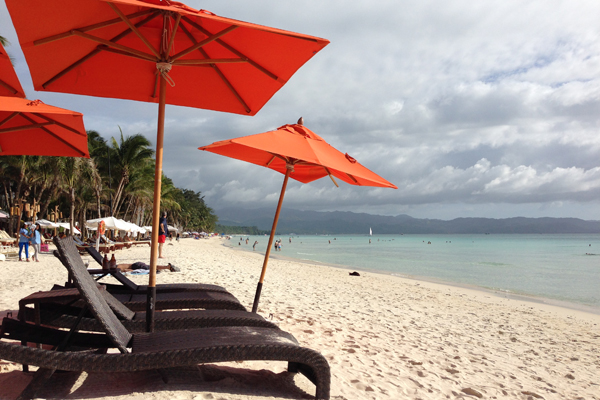 Sonnenliegen am White Beach auf Boracay.