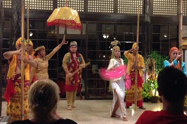 Tänzer mit philippinischer Tracht.