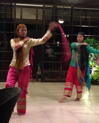 Tänzerinnen mit philippinischer Tracht.