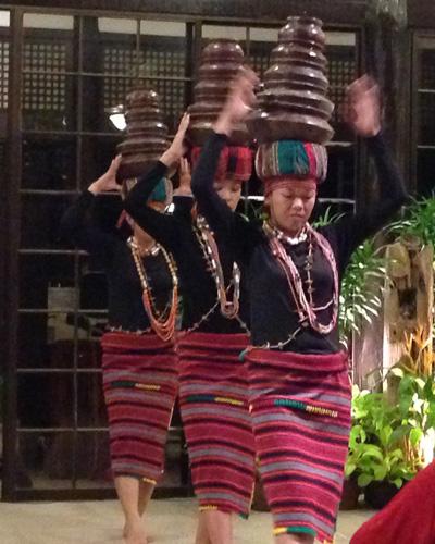 Drei Frauen mit der philippinischen Tracht der Ifugao und Tonvasen auf dem Kopf