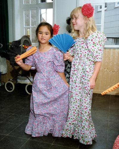 Zwei Mädchen in philippinischen Mestiza-Kleidern.