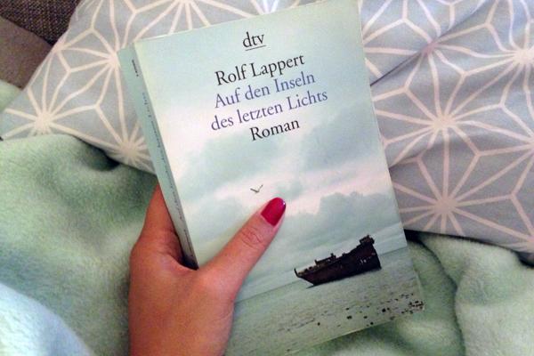 """Das Buchcover von """"Auf den Inseln des letzten Lichts"""" von Rolf Lappert."""