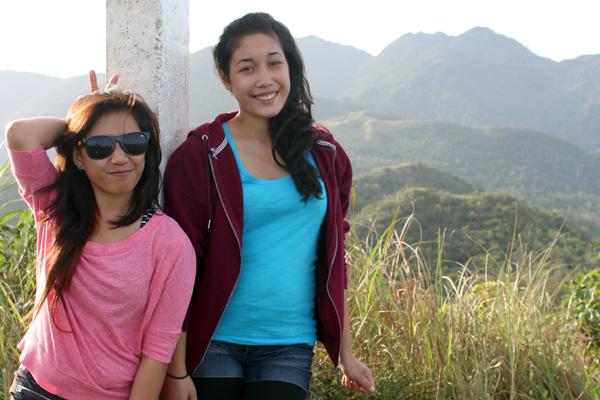 Die Halb-Filipina Evelyn mit ihrer philippinischen Tagalog-Lehrerin.