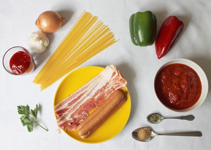 Von Paprika bis hin zu Hot Dog-Würstchen: Eine Auswahl der Zutaten für philippinische Spaghetti.