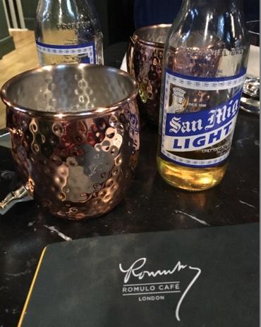 Ein Kupferbecher für das philippinische San Miguel Light Bier.