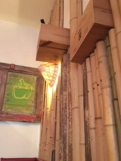 Asiatischer Einrichtungsstil: Bambusrohre und ein Reisbauerhut.