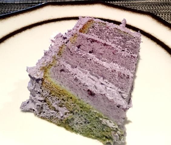 Ein abgeschnittenes Stück Ube-Torte